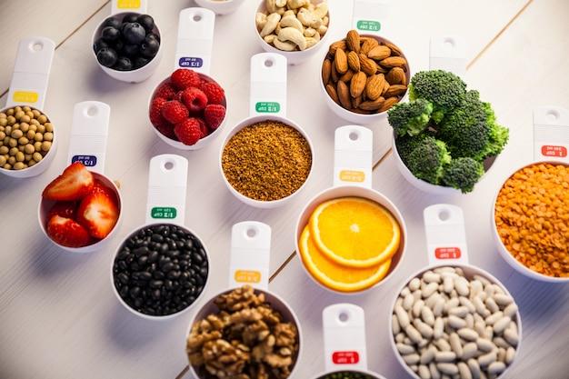 Bicchieri a porzione di ingredienti sani