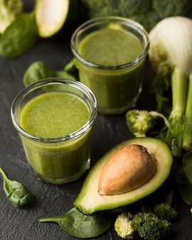 Bicchieri ad alto angolo con frullato di avocado