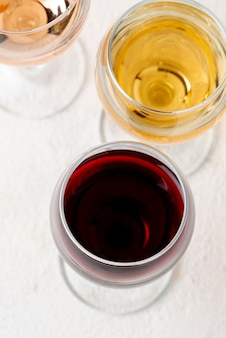 Bicchieri ad alto angolo con vino rosso e bianco