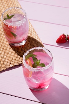 Bicchieri con bevanda fredda alla fragola