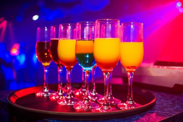 Bicchieri con cocktail per la festa in discoteca