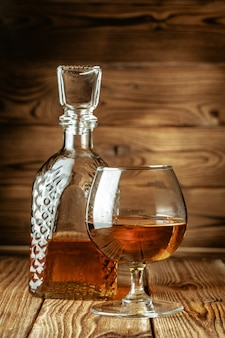 Bicchieri con cognac, supporto per whisky sul bancone