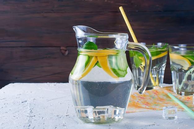 Bicchieri con detox fresco cetriolo biologico, limone e menta acqua