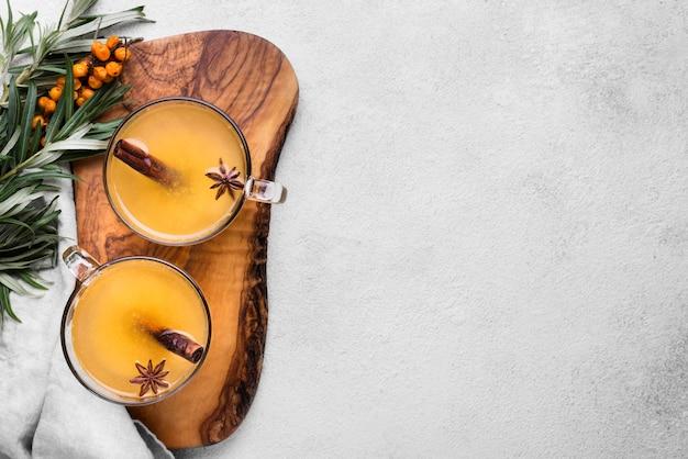 Bicchieri con succo di frutta aromatizzato e cannella e copia-spazio