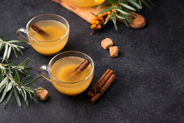 Bicchieri con succo di frutta aromatizzato sul tavolo