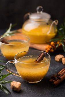 Bicchieri con succo di frutta aromatizzato