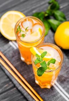 Bicchieri con tè freddo alla menta