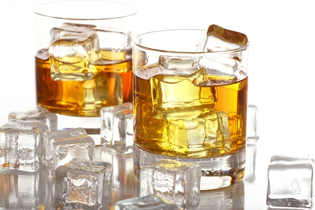 Bicchieri con whisky freddo