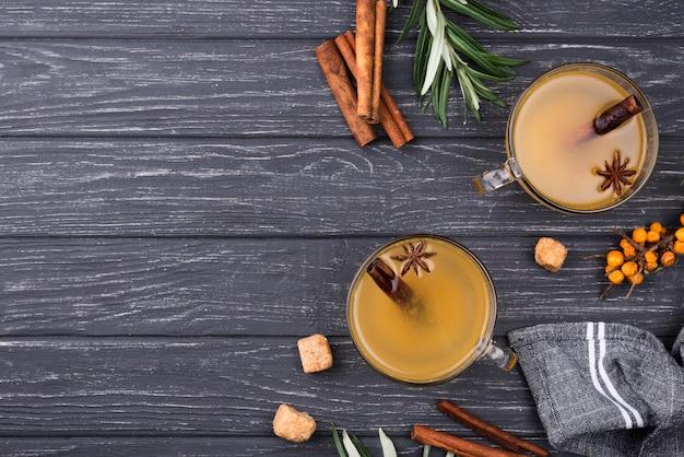 Bicchieri copia spazio con succo di frutta aromatizzato