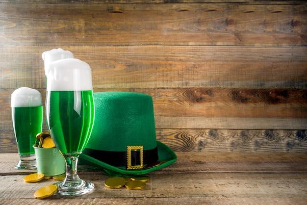Bicchieri da birra verdi per la festa del giorno di san patrizio