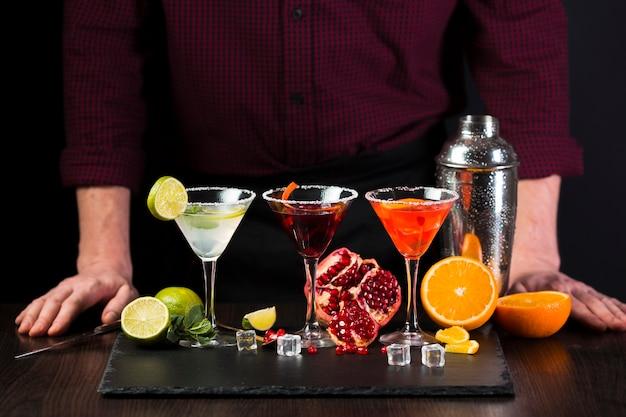 Bicchieri da cocktail con decorazioni davanti all'uomo