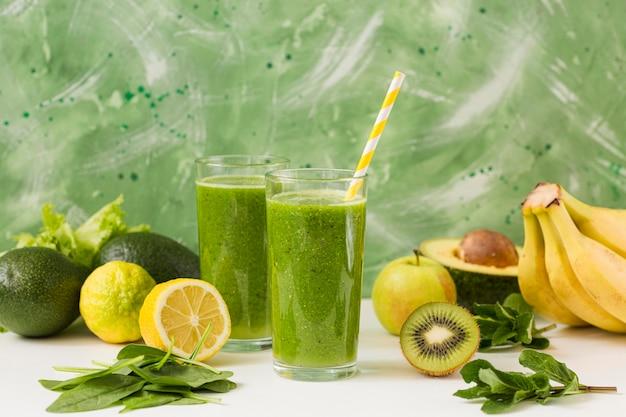 Bicchieri da frullato vista frontale con mix di frutta