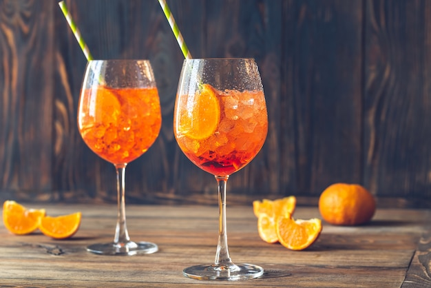 Bicchieri di aperol spritz cocktail