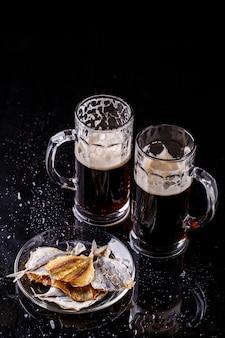 Bicchieri di birra con pesce