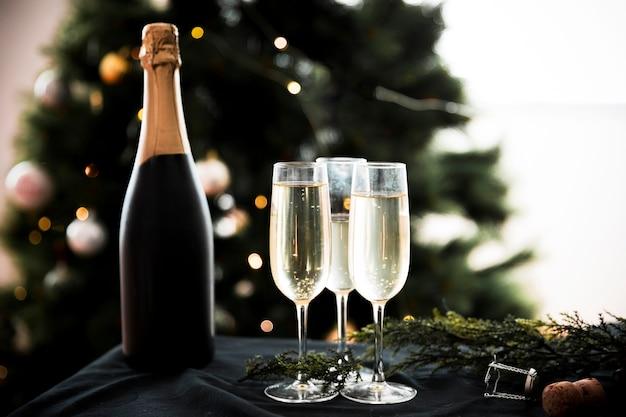Bicchieri di champagne con bottiglia
