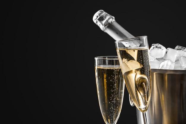 Bicchieri di champagne con la bottiglia