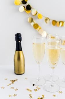 Bicchieri di champagne con piccoli lustrini sul tavolo