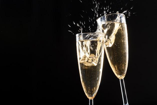 Bicchieri di champagne con splash