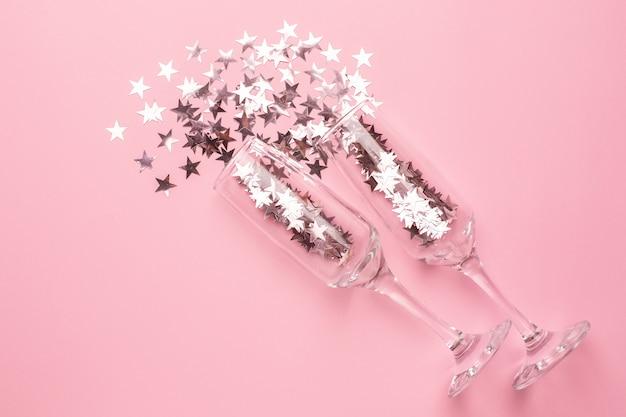 Bicchieri di champagne con stelle d'argento e rosa