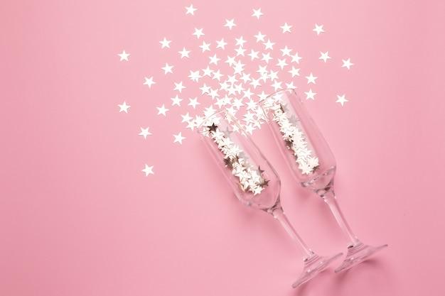Bicchieri di champagne con stelle d'argento