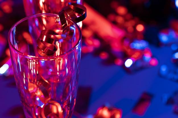 Bicchieri di champagne con tinsel party