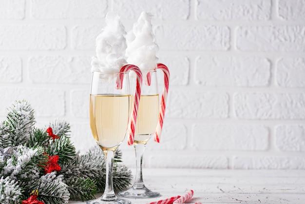 Bicchieri di champagne con zucchero filato