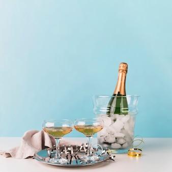 Bicchieri di champagne frizzante su un vassoio
