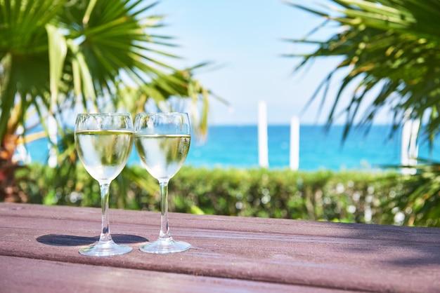 Bicchieri di champagne in una piscina del resort in un hotel di lusso. festa in piscina. versare la bevanda in un bicchiere. amara dolce vita luxury hotel. ricorrere. tekirova-kemer. tacchino