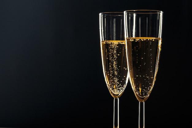 Bicchieri di champagne per occasioni festive contro uno sfondo scuro