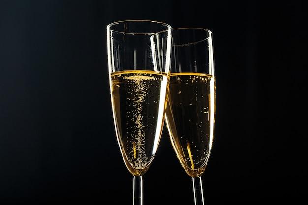 Bicchieri di champagne per occasioni festive su uno sfondo scuro