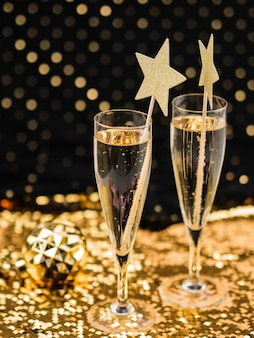 Bicchieri di champagne su tessuto dorato