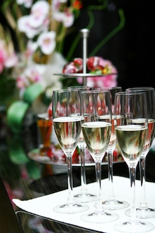 Bicchieri di champagne sul tavolo