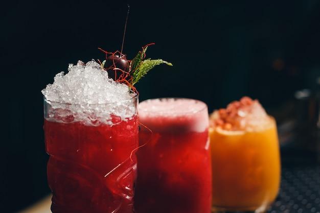 Bicchieri di cocktail su sfondo della barra