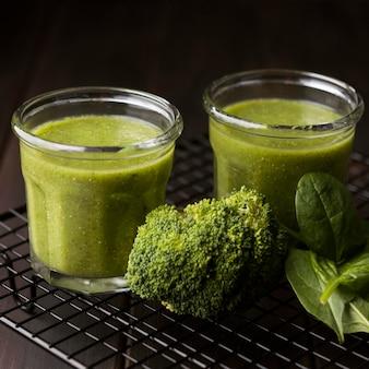Bicchieri di frullati di broccoli e spinaci