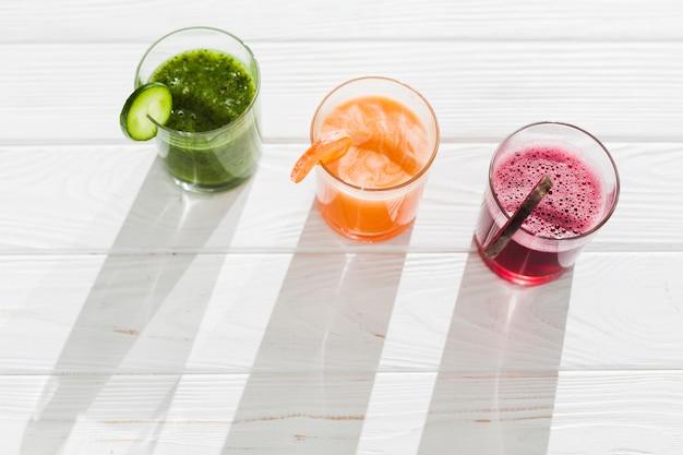 Bicchieri di frullato multicolore sul tavolo