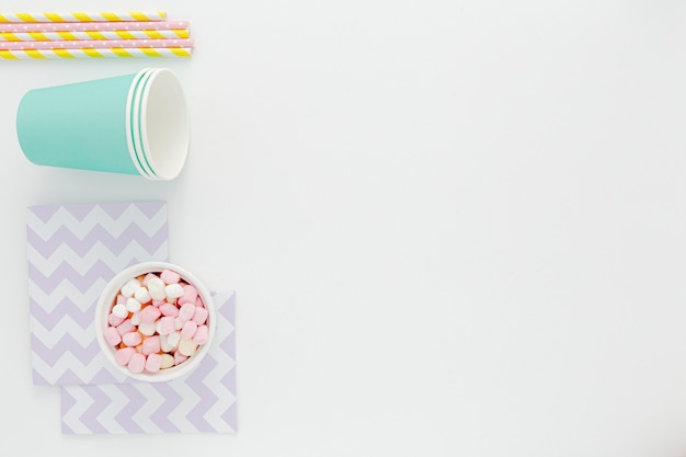 Bicchieri di plastica e cannucce con copia-spazio