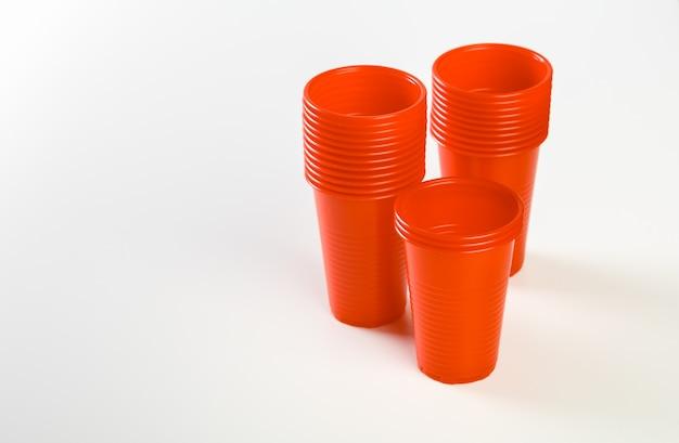 Bicchieri di plastica monouso rossi