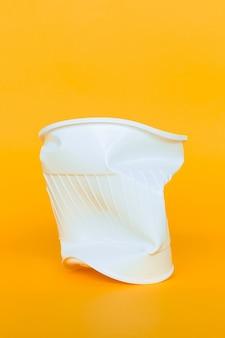 Bicchieri di plastica nella spazzatura