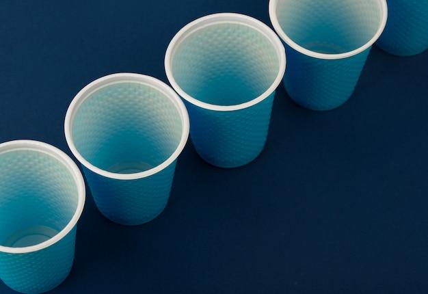 Bicchieri di plastica su un blu