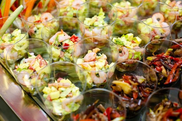 Bicchieri di plastica usa e getta con snack