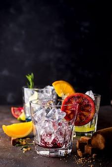 Bicchieri di spritz aperol aperitivo cocktail con fette d'arancia e cubetti di ghiaccio