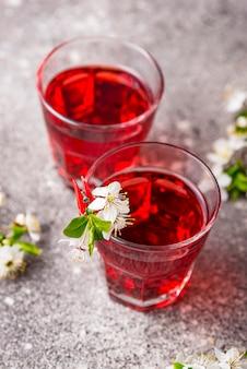 Bicchieri di succo di ciliegia sano