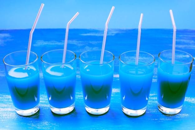 Bicchieri di vetro surrealismo con drink cocktail viola