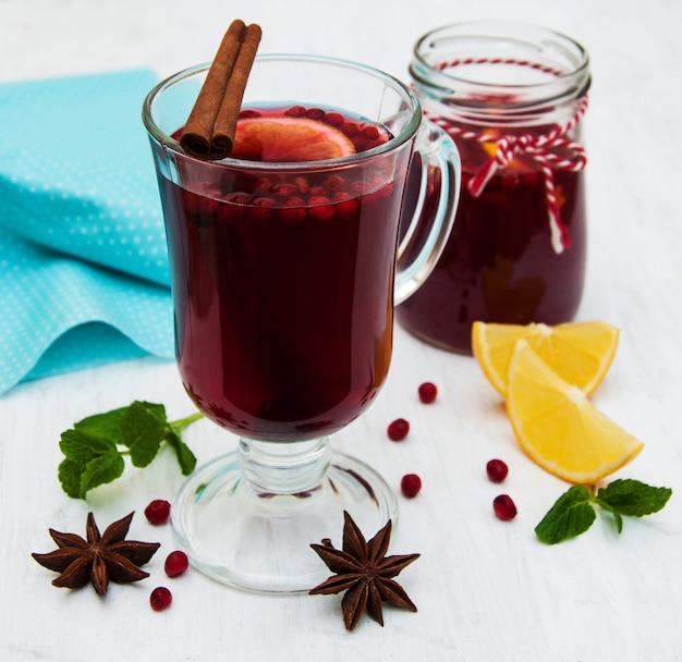 Bicchieri di vin brulè con limone e mirtilli rossi