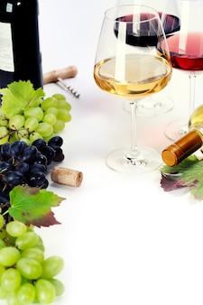 Bicchieri di vino bianco, rosso e rosato e uva