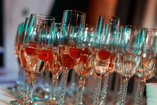 Bicchieri di vino bianco sul tavolo, molti bicchieri