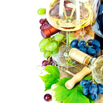 Bicchieri di vino e uva sopra bianco