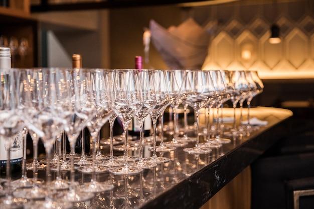 Bicchieri di vino nel ristorante loft luce calda