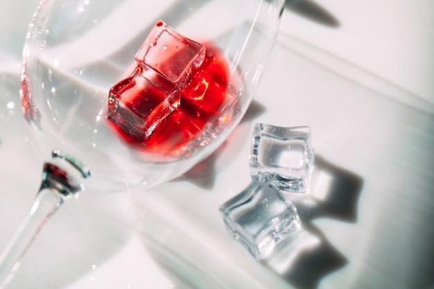 Bicchieri di vino rosso. il gioco di luci e ombre.