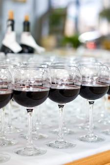 Bicchieri di vino rosso, messa a fuoco selettiva